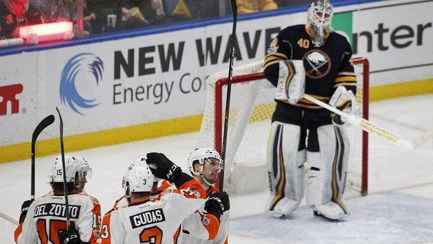 Hokejisté Philadelphie včetně Radko Gudase se radují ze vstřeleného gólu do sítě Buffala.