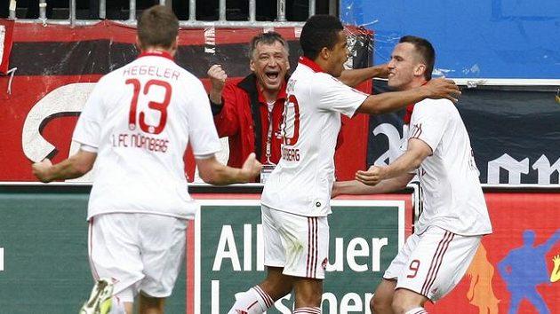 Tomáš Pekhart z Norimberku (vpravo) oslavuje se spoluhráči gól.