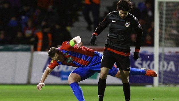 Pavel Horváth z Plzně se snaží odzbrojit Diega Costu z Atlétika Madrid v utkání Evropské ligy.