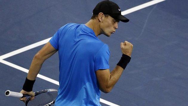 Český tenista Tomáš Berdych při vítězném utkání ve čtvrtfinále US Open proti Rogeru Federerovi.