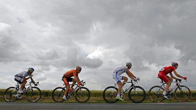 Jan Ghyselinck z Cofidisu v čele skupinky jezdců během letošní Tour de France.