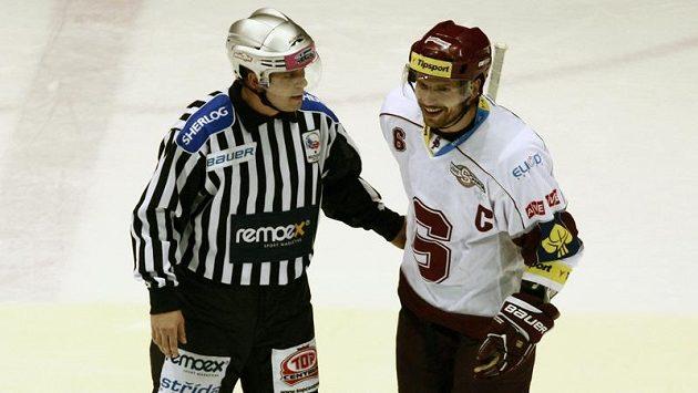 Sparťanský kapitán Michal Broš v diskuzi s rozhodčím.
