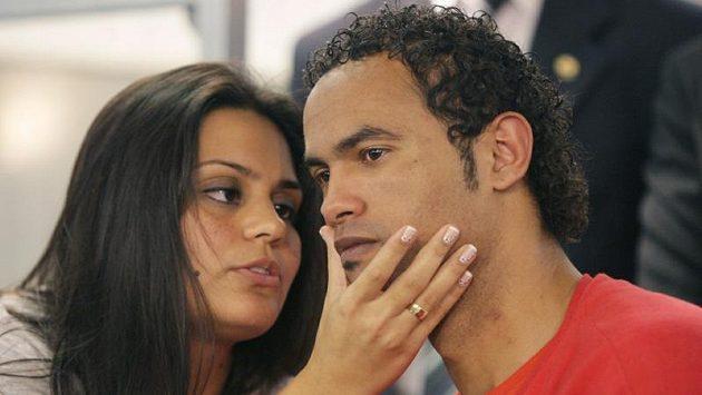 Brazilský hříšník Bruno Fernandes (vpravo) se spou přítelkyní Ingrid Calheiros Oliveirovou.