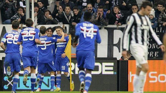 Fotbalisté Sampdorie Janov se radují z gólu proti Juventusu.