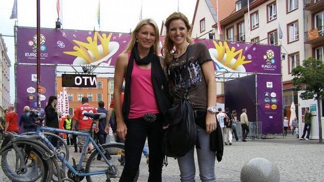 Martina Čechová (vlevo) a Jana Hübschmanová před fan zónou na mistrovství Evropy ve Vratislavi.