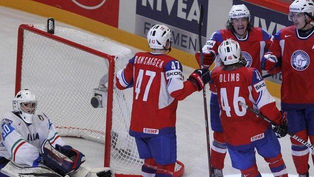 Hokejisté Norska se radují z branky proti Itálii.