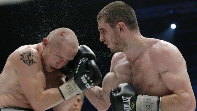Český profesionální boxer Lukáš Konečný (vlevo) duel se Zaurbekem Bajsangurovem z Ruska prohrál.