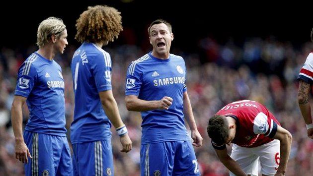 John Terry (uprostřed) burcuje spoluhráče z Chelsea během derby s Arsenalem.