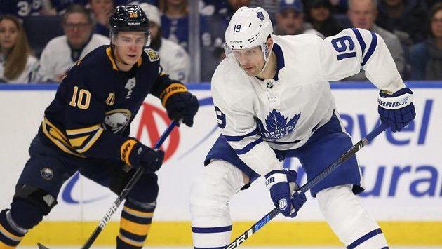 Útočník Toronta Jason Spezza (vpravo) v utkání NHL proti Buffalu - ilustrační foto.