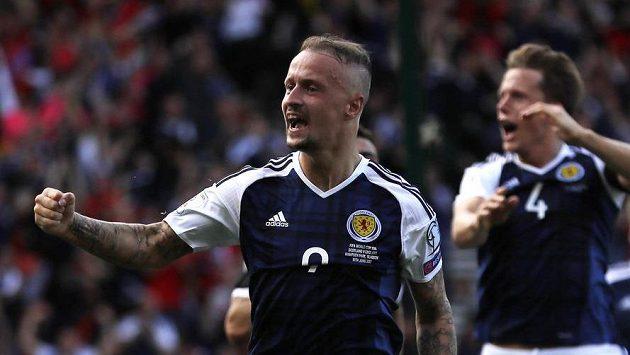 Leigh Griffiths se raduje z druhého gólu do sítě Anglie.