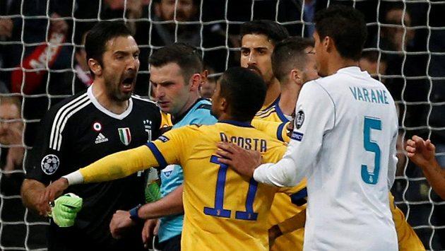 Po strkanici v nastaveném čase a nařízené penaltě dostal brankář Juventusu Gianluigi Buffon od rozhodčího Olivera červenou kartu.