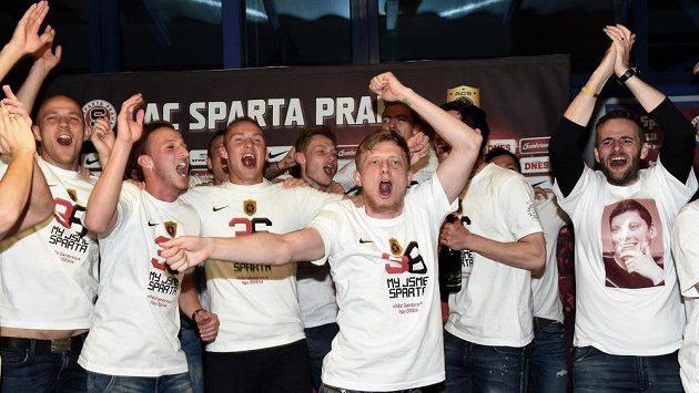 Fotbalisté Sparty Praha (zleva): Roman Bednář, Matěj Hybš, Pavel Kadeřábek, Jakub Brabec a Ladislav Krejčí oslavují zisk mistrovského titulu.