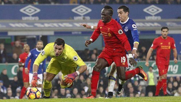 Sadio Mané z Liverpoolu (č. 19) střílí vítězný gól do sítě Evertonu.