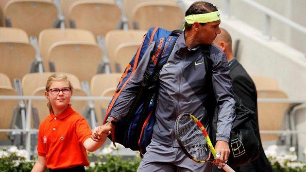 Rafael Nadal se dívá, o co se to bouchl.