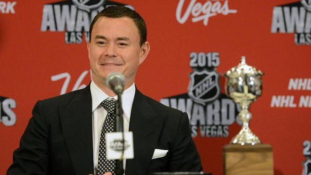Jiří Hudler odpovídá novinářům na jejich dotazy. V pozadí jeho cena Lady Byng Memorial Trophy.
