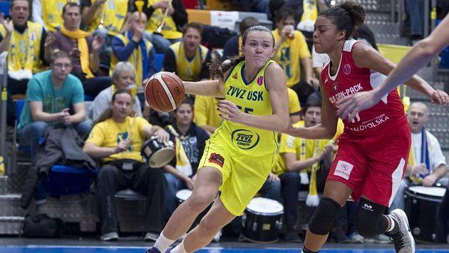 Basketbalistka Anete Steinbergaová (vlevo) a Ziomara Morrisonová z týmu Wisla Krakov v zápase 2. kola Evropské ligy.