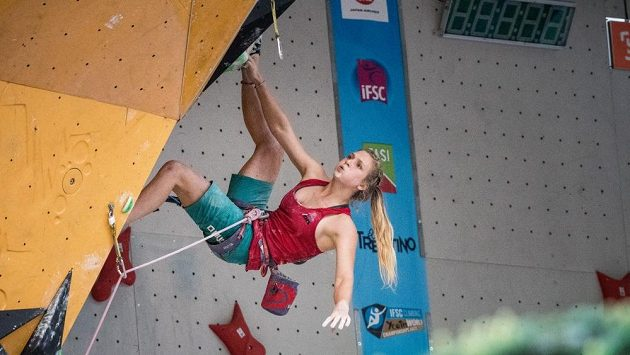 Eliška Adamovská na archivním snímku ve finále MSJ v lezení na obtížnost v italském Arcu.