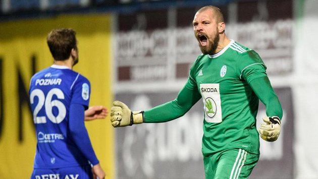 Brankář Mladé Boleslavi Martin Polaček oslavuje chycenou penaltu.