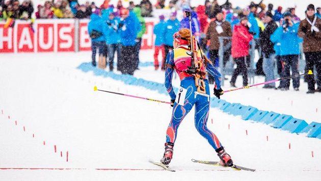 Gabriela Soukalová projela cílem závodu s hromadným startem při SP v Canmore nezvykle - pozadu.
