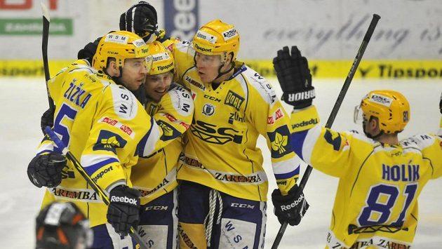 Hokejisté Zlína se radují z gólu do sítě brněnského brankáře Marka Čiliaka.