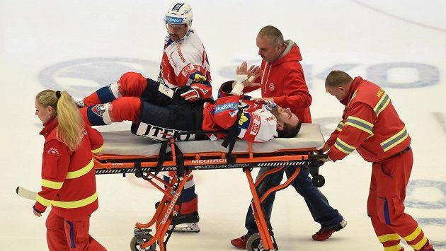Zraněný Jan Starý z Pardubic. Druhý zleva je jeho spoluhráč Tomáš Rolinek.