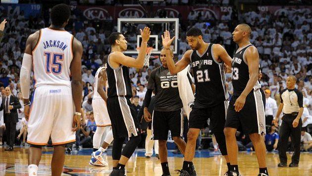 Radost hráčů San Antonia Spurs z postupu do finále NBA.
