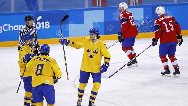 Hokejisté Švédska oslavují gól na 4:0.