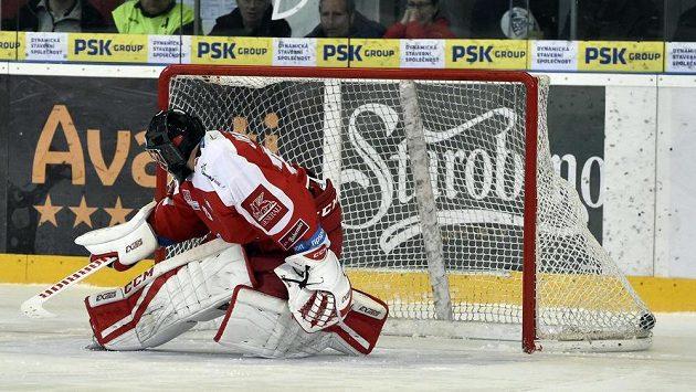 Brankář Olomouce Jan Lukáš inkasuje gól ze samostatného nájezdu.
