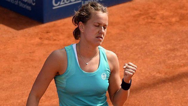 Česká tenistka Barbora Strýcová v utkání se svou krajankou Lucií Hradeckou na turnaji v Praze.