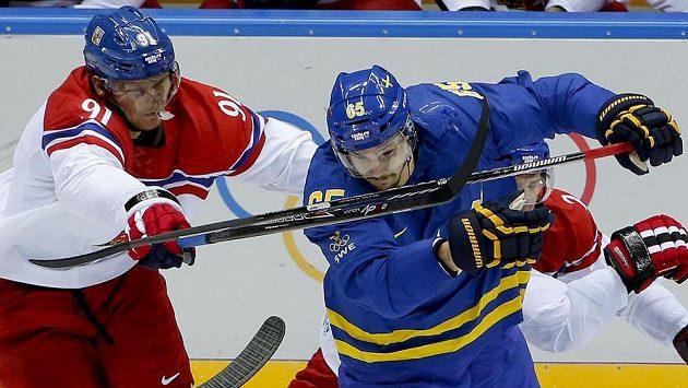 Útočník Martin Erat (vlevo) v souboji se švédským zadákem Erikem Karlssonem