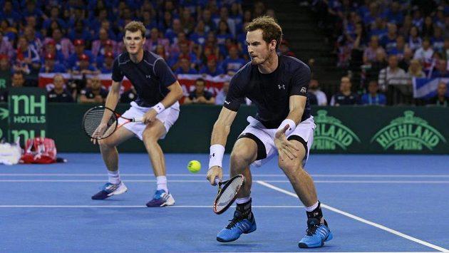 Bratři Andy Murray (vpravo) a Jamie Murray ve čtyřhře semifinále Davisova poháru proti Austrálii urvali důležitý druhý bod.
