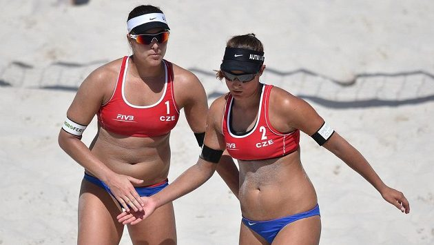 České beachvolejbalistky Barbora Hermannová (vlevo) a Martina Bonnerová.