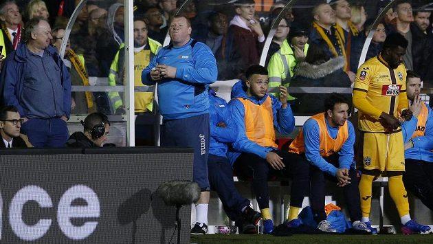 Náhradní brankář Suttonu Wayne Shaw i během zápasu s Arsenalem stihl posvačit.