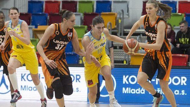 Zleva Ilona Burgrová z USK, Diana Taurasiová z Jekatěrinburgu, Marta Xargayová z USK a Natalia Vieruová z Jekatěrinburgu.