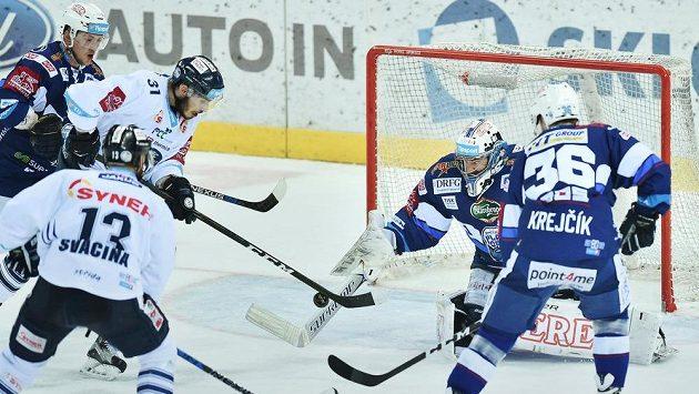 Autor druhého gólu Dominik Lakatoš (31) z Liberce a brankář Brna Marek Čiliak.