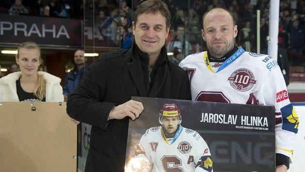 Útočník Sparty Jaroslav Hlinka (vpravo) převzal z rukou předsedy představenstva Petra Břízy (vlevo) ocenění pro nejlepšího nahrávače v historii klubu.