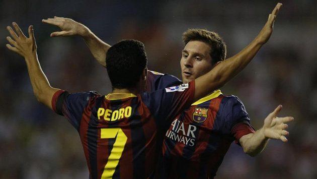 Pedro Rodriguez oslavuje s Lionelem Messi jeden ze tří gólů, které vstřelil do sítě Rayo Vallecano.
