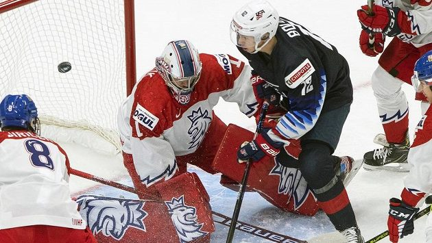 Američan Matthew Boldy (12) se snaží ohrozit Lukáše Paříka (1) v české bráně.