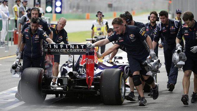 Mechanici Red Bullu tlačí boxovou uličkou v Melbourne monopost Daniela Ricciarda.