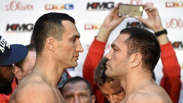 Úřadující světový šampión Vladimir Kličko (vlevo) a jeho vyzyvatel Kubrat Pulev z Bulharska při oficiálním vážení v Hamburku.
