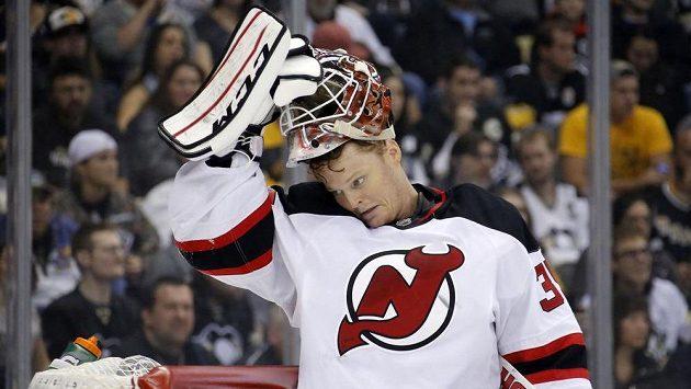 Zničený brankář New Jersey Devils Cory Schneider při výprasku v Pittsburghu.
