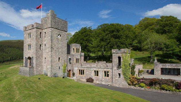 Hrad z dálky vypadá jako starobylý, postaven však byl před 39 lety.