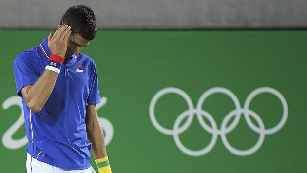 Smutný Novak Djokovič po jedné z nevydařených výměn.
