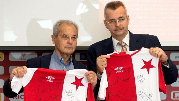 Jaroslav Tvrdík (vpravo) střídá na postu předsedy představenstva Slavie Jiřího Šimáněho.