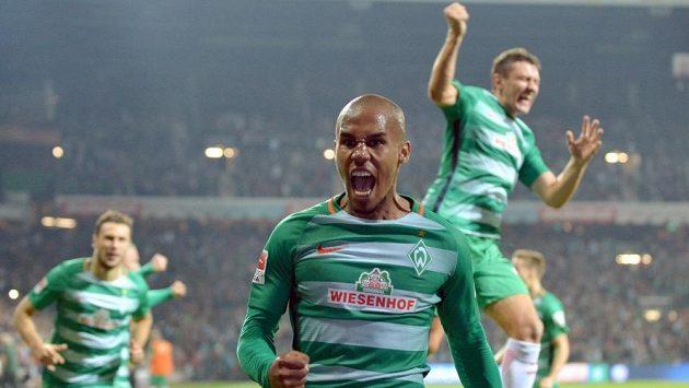 Obránce Brém Theodor Gebre Selassie slaví gól proti Wolfsburgu v 5. kole bundesligy.