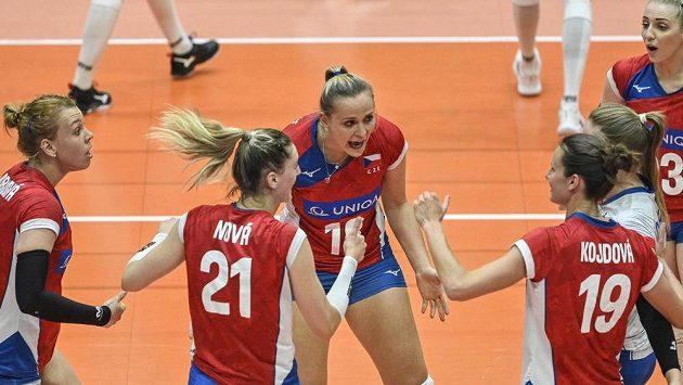 Česká reprezentantka Pavlína Šimáňová (uprostřed) žene spoluhráčky v duelu s Běloruskem.