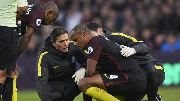 Fotbalista Manchesteru City Vincent Comapny v péči lékařů.