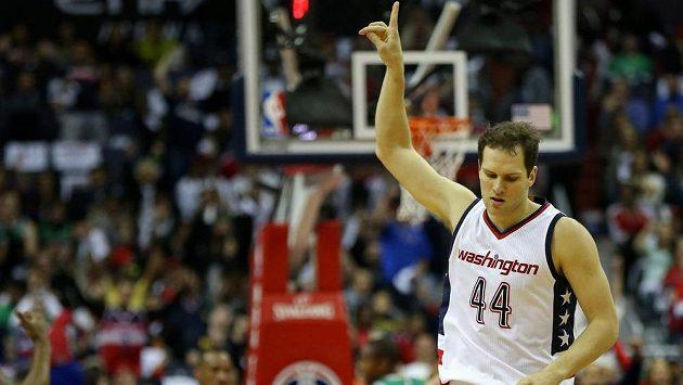 Bojan Bogdanovic z Washingtonu poté co skóroval za tři body proti Bostonu.