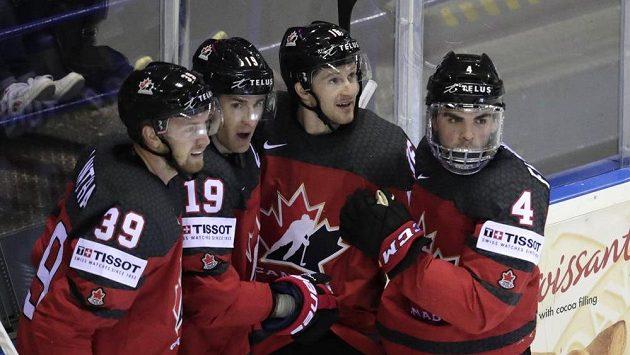 Kanaďan Kyle Turris (druhý zleva) se raduje z gólu proti USA. Na snímku s ním jsou zprava Dante Fabbro, Jared McCann a Anthony Mantha.