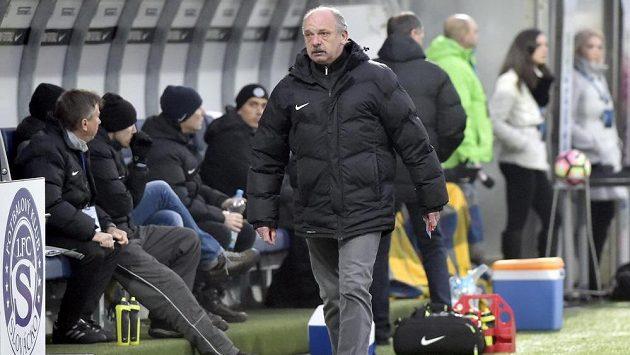 Trenér Slovácka Stanislav Levý opouští střídačku poté, co byl v utkání s Jabloncem vykázán na tribunu.